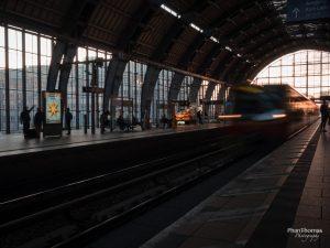 Festbrennweiten: S-Bahnhof Alexanderplatz - einfahrende S-Bahn