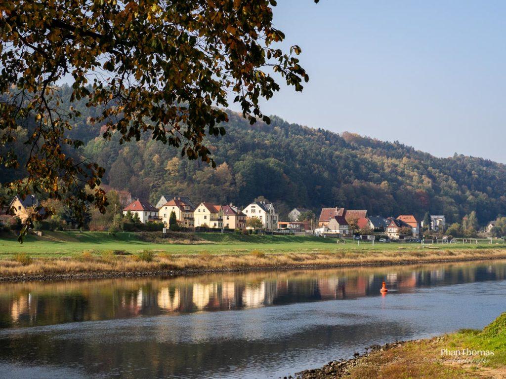 Schrammsteine: Spaziergang an der Elbe