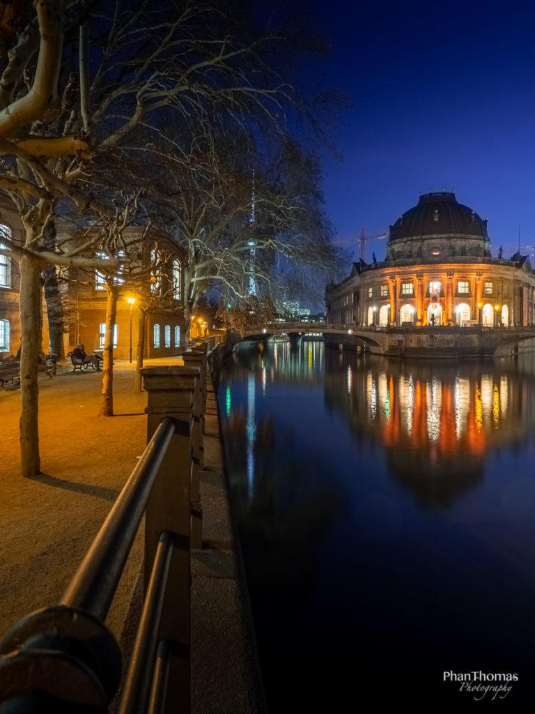 Berlin Mitte: Das Bode-Museum im Abendlicht