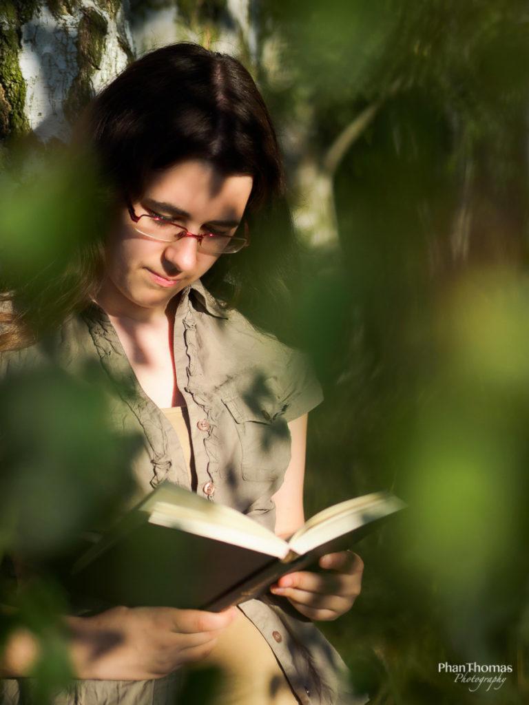 Portrait mit Buch 2