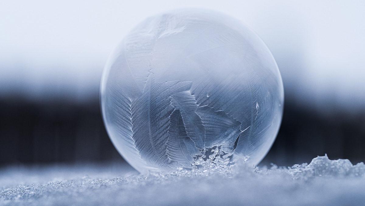 Gefrorene Seifenblase auf Schnee