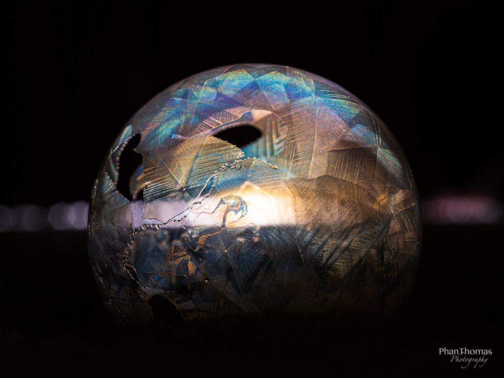 Gefrorene Seifenblase im Dunkeln mit Licht